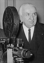 Louis Lumière (1864-1948), photographed next to a projector, October 1943. © LAPI / Roger-Viollet