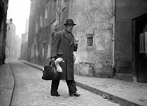 World War II. Parisian man carrying a goose bought for Christmas, 1943. © LAPI/Roger-Viollet