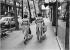 Deux femmes portant la même robe, avenue Ledru-Rollin. Paris (XIIème arr.), vers 1980. Photographie de Léon Claude Vénézia (1941-2013). © Léon Claude Vénézia/Roger-Viollet
