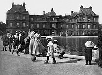 Senate palace and pond of the Luxembourg. Paris, April 1895.  © Henri Roger/Roger-Viollet