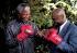 Nelson Mandela (né en 1918), homme d'Etat sud-africain, avec  Marvin Hagler (né en 1954), boxeur américain. Photo : Louise Gubb. © Louise Gubb / The Image Works / Roger-Viollet