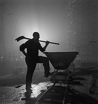 Ouvrier sur un chantier. France, 1938. © Gaston Paris / Roger-Viollet