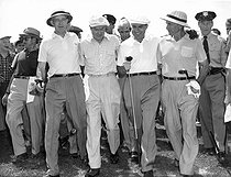 Tournoi de golf au Woodmont Country Club. De g. à dr. : Omar Bradley, général américain, Bob Hope, acteur américain d'origine anglaise, le vice-président Richard Nixon et Robert A. McClure, général américain. Rockville (Maryland, Etats-Unis), 1953. © Underwood Archives/The Image Works/Roger-Viollet