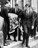 Edward Kennedy (1932-2009), sénateur américain, portant le cercueil de son frère, Robert Fitzgerald Kennedy (1925-1968). New York (Etats-Unis), cathédrale St Patrick, 8 juin 1968. © TopFoto / Roger-Viollet