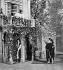"""Scène de """"Cyrano de Bergerac"""" d'Edmond Rostand vers 1900. Acte III: le baiser de Roxanne. Coquelin, mme Yahne et Volny. Bibliothèque de l'Arsenal. © Albert Harlingue/Roger-Viollet"""