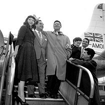 The American singer Frankie Laine greeted at his arrival in Paris by the French singers Dario Moreno and Juliette Gréco (on his right) and Marcel Mouloudji (on the far right), on October 15, 1954. © Roger-Viollet