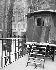 Place de la Chapelle. Roulotte à l'angle du square de Jessaint, sous la neige. Paris (XVIIIème arr.), 1942. Photographie de René Giton dit René-Jacques (1908-2003). Bibliothèque historique de la Ville de Paris. © René-Jacques/BHVP/Roger-Viollet