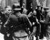 Guerre (1939-1945). Soulèvement du ghetto de Varsovie. Arrestation des dirigeants de l'entreprise Brauer. Avril 1943. © Ullstein Bild/Roger-Viollet