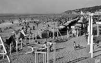 Deauville (Calvados). Children playing on the beach, around 1950. © CAP / Roger-Viollet