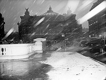 Snowstorm, place de l'Opera. Paris, January 1951. © Roger-Viollet