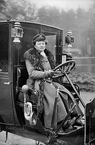 Mrs Decourcelle, first woman having her two degrees of coachwoman and motor driver. Paris, 1908. © Neurdein/Roger-Viollet
