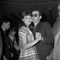 Anna Karina (1940-2019), Danish-born French actress, dancing with Jean-Luc Godard (born in 1930), Swiss-born French director, at the Club Saint-Hilaire. Paris, 1962. © Roger-Viollet