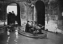 Seine floods. After the mass. Paris, 1910. © Maurice-Louis Branger/Roger-Viollet