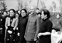 Chiang Kai-shek (Jiang Jieshi, 1887-1975), Chinese general and statesman with, on his right, Song K'ing-Ling, widow of Sun Yat sen and Song Mei-Lung, his wife. On his left, : the third girl from the Song family. 1938. © Madeleine Cosmi / Collection Roger-Viollet / Roger-Viollet