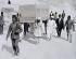 Porteurs déplaçant un char doré provenant du tombeau de Toutankhamon découvert dans la Vallée des Rois par Howard Carter (1874-1939), égyptologue britannique. Egypte, 1922. © TopFoto/Roger-Viollet