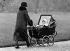 Gouvernante promenant la princesse Elisabeth d'Angleterre (née en 1926). Angleterre, mars 1929. © PA Archive/Roger-Viollet