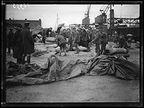 "Destruction of railways and resupplying in the department of the North (France). Prisoners of war unloading sacks of flour at the harbour of Dunkirk (France), late January 1919. Photograph published in the newspaper ""Excelsior"" on Thursday, January 23, 1919. © Excelsior – L'Equipe/Roger-Viollet"