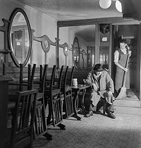 Fermeture d'un café. Paris, vers 1935. © Gaston Paris / Roger-Viollet