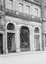 World War One. Protecting windows from bombings. Renault cars. Paris, 1918.  © Jacques Boyer / Roger-Viollet