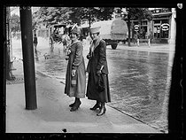 """World War One. Strikes in Paris about the vote of the English week (rest on Saturday afternoons for the fashion workers), and the expensive life, late May 1917. Fanette and Marthe, milliners. Photograph published in the newspaper """"Excelsior"""" of Thursday, May 24, 1917. © Excelsior – L'Equipe/Roger-Viollet"""