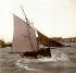 Le Havre (Seine-Maritime). Barque de pêche battue par la vague. 1903. Détail d'une vue stéréoscopique colorisée. © Léon et Lévy / Roger-Viollet