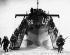 Guerre 1939-1945. Débarquement sur Omaha Beach en Normandie : Opération Neptune. Troupes américaines du 5ème corps sortant du bateau. France, 7 ou 8 juin 1944. © Ullstein Bild / Roger-Viollet
