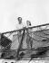 Mel Ferrer (1917-2008), acteur, réalisateur et producteur américain, et Audrey Hepburn (1929-1993), actrice britannique, en vacances en bord de mer. © TopFoto / Roger-Viollet