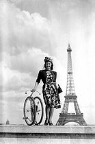 World War II. Folding bicycle. Paris, on August 1st, 1941. © LAPI / Roger-Viollet