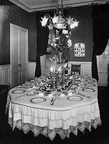 Table of a dining room with a splendid decoration, April 1912. © Maurice-Louis Branger / Roger-Viollet