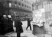 Sale of Russian newspapers at the exit of the cathedral of the rue Daru. Paris (France), around 1930. © Albert Harlingue/Roger-Viollet