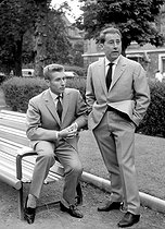 Jacques Anquetil ( 1934-1987 ) to the left and Robert Chapatte, ancient racing cyclist, sports correspondent. © Roger-Viollet