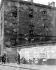 """Insurrection de Pâques 1916. Le bâtiment de la Cour Suprême de la République d'Irlande (""""Four Courts"""") endommagé par des tirs de mitraillette, et affiches pour l'enrôlement de volontaires. Dublin (Irlande). © TopFoto / Roger-Viollet"""