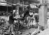 Pavage des rues. Machine à retailler les pavés de bois. Paris, 1907.      © Jacques Boyer/Roger-Viollet