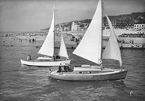 Deauville (Calvados). Sailing ships going back to the port, around 1950.    © CAP / Roger-Viollet