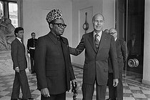 General Mobutu Sese Seko (1930-1997), President of Zaire, greeted at the Elysee Palace by Valéry Giscard d'Estaing (born in 1926), President of the French Republic. © Jacques Cuinières / Roger-Viollet