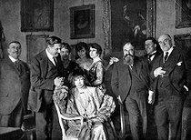 Reception organized by Sacha Guitry for his wedding with Yvonne Printemps. From left to right: Henry Hertz, Georges Feydeau, Mrs Hertz, Sarah Bernhardt, Yvonne Printemps, Jeanne Desclos, Tristan Bernard, Sacha and Lucien Guitry, April 1910. © Roger-Viollet