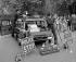 Policiers présentant leur nouvelle voiture et son équipement embarqué. Londres (Angleterre), 18 août 1961.  © Barratts/PA Archive/Roger-Viollet