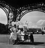 Ice-cream vendor at the Eiffel Tower. Paris (VIIth arrondissement). © Roger-Viollet