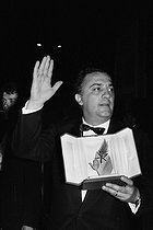 "Federico Fellini and the Palme d'or received for ""Dolce Vita"". Cannes Festival, 1960. © Roger-Viollet"