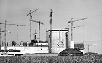 Construction of a nuclear power station. Avoine (surroundings of Chinon, Indre-et-Loire), 1982.    © Roger-Viollet