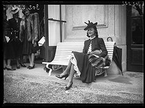 """Elegant woman at the Longchamp racecourse. Paris (XVIth arrondissement), on April 2nd, 1939. Photograph from the collections of the newspaper """"Excelsior"""". © Excelsior – L'Equipe/Roger-Viollet"""