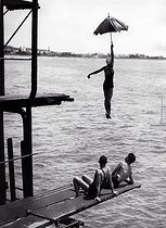 High diving with an umbrella, around 1935. © Imagno/Roger-Viollet