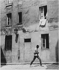 Jeune immigré. Passage des Mûriers, Ménilmontant. Paris (XXème arr.), vers 1966. Photographie de Léon Claude Vénézia (1941-2013). © Léon Claude Vénézia/Roger-Viollet