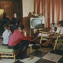 Americans at home, watching television, 1960's. © Roger-Viollet