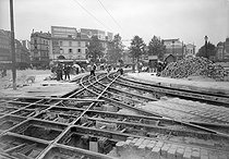Enlèvement des rails de tramways. Paris, vers 1930.      © Albert Harlingue/Roger-Viollet