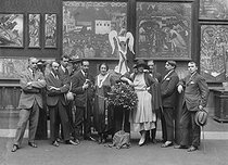 Group of Russian painters who migrated to France. In the background : panels by Steletsky. Paris, 1920's. © Pierre Choumoff / Roger-Viollet