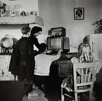 Family watching television. Brittany (France), 1959. Photograph by Janine Niepce (1921-2007). © Janine Niepce/Roger-Viollet
