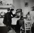 Famille regardant la télévision. Bretagne, 1959. Photographie de Janine Niepce (1921-2007). © Janine Niepce/Roger-Viollet