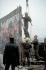 Chute du mur de Berlin. Gardes frontières de la RDA détruisant le mur sur la Potsdamer Platz, afin d'ouvrir un nouveau poste-frontière. Allemagne, 12 novembre 1989. © Ullstein Bild / Roger-Viollet
