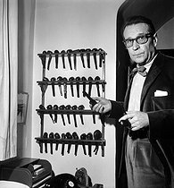 Georges Simenon (1903-1989), Belgian writer and his collection of pipes. Echandens (Switzerland), december 9, 1963. © Roger Berson / Roger-Viollet